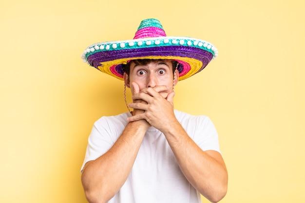 Coprirsi la bocca con le mani con un'espressione scioccata e sorpresa, mantenere un segreto o dire oops. concetto di cappello messicano