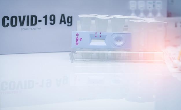 Autotest dell'antigene covid 19 per tampone nasale. kit di test dell'antigene per uso domestico per il rilevamento del coronavirus.
