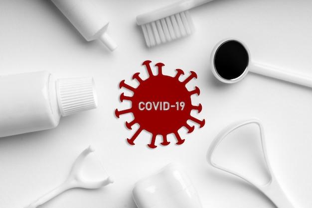 Icona di virus covid 19 o corona sulla vista dall'alto di apparecchiature mediche