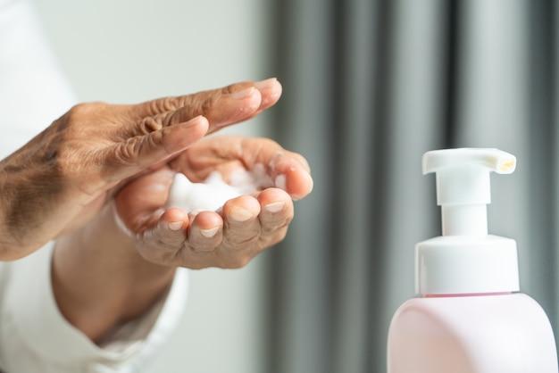 Covid-19 coronavirus concetto di pulizia delle mani
