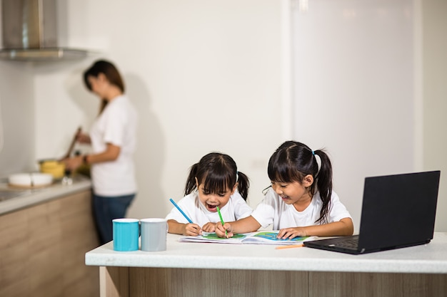 Covid-19 coronavirus e apprendimento da casa, concetto di bambino della scuola domestica. i bambini piccoli studiano l'apprendimento online da casa con il laptop.