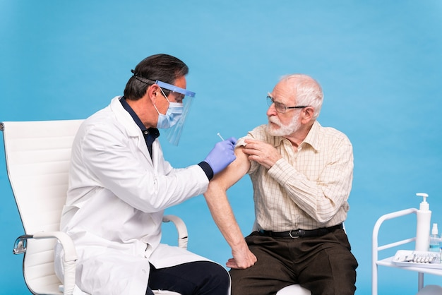 Campagna di vaccinazione contro il covid-19 (coronavirus) in una clinica