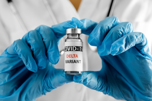 Covid 19 delta variante vaccino in mano. vaccinazione contro il coronavirus