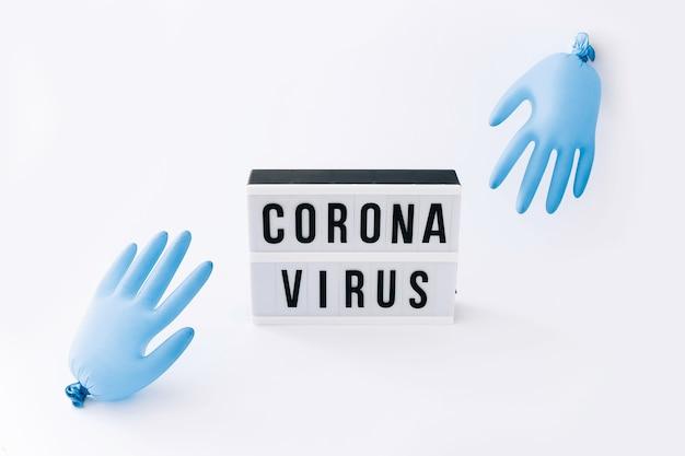 Covid-19 pandemia globale del virus corona. lightbox con palloncini di testo e guanti sul tavolo luminoso. concetto di salute.