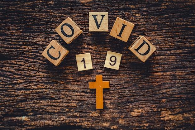 Covid-19 nome del virus corona dalla parola di testo wuhan sul vecchio sfondo di natura vintage in legno.