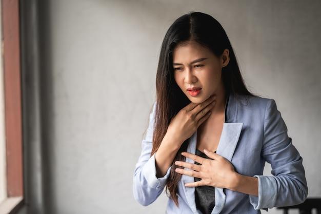Coronavirus pandemico covid-19, la donna asiatica ha un raffreddore e sintomi di tosse, febbre, mal di testa e dolori