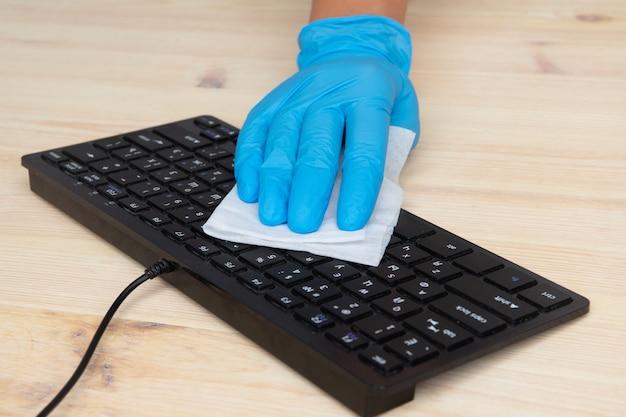 Covid-19 sanificazione dello spazio ufficio che pulisce la pulizia del virus corona e la disinfezione del tuo spazio di lavoro. salviette disinfettanti per pulire la superficie di scrivania, tastiera, mouse.