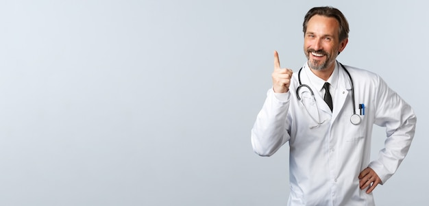 Gli operatori sanitari dell'epidemia di coronavirus di covid e il concetto di pandemia hanno svolto un bel lavoro allegro ma...