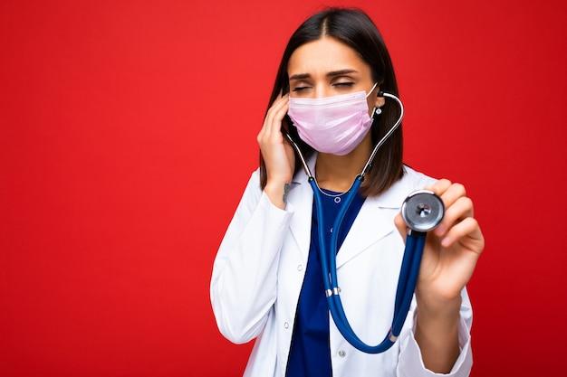 Covid19, coronavirus, concetto di assistenza sanitaria e medici. foto di un giovane medico europeo professionista fiducioso in maschera medica e camice bianco, stetoscopio sul collo, pronto soccorso del paziente, lotta contro la malattia