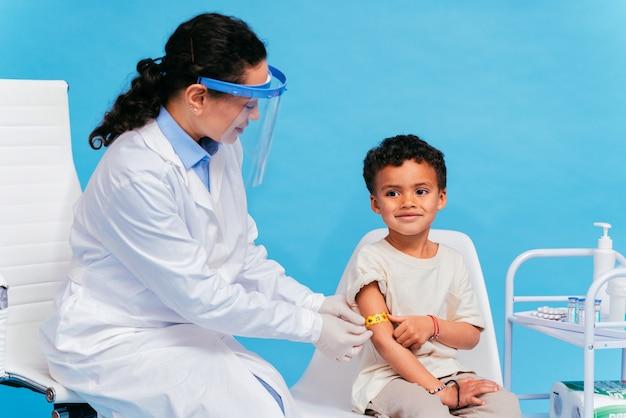 Campagna di vaccinazione contro il coronavirus covid19 in una clinica persone che vengono vaccinate da un medico e un infermiere per prevenire lo scoppio del virus corona in un punto di vaccinazione