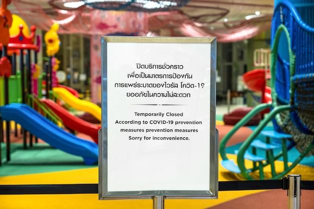 Covid19 pandemia nuovo concetto normale testo temporaneamente chiuso con lingua tailandese e cinese