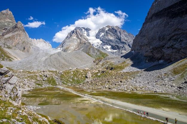 Mucca lago, lac des vaches, nel parco nazionale della vanoise, savoia, francia