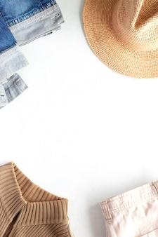Sfondo di vestiti in stile cowboy di cappello, jeans, giacca e pullover, vista dall'alto, spazio copia