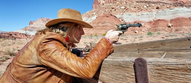 Cowgirl con una pistola in mano, spirito occidentale