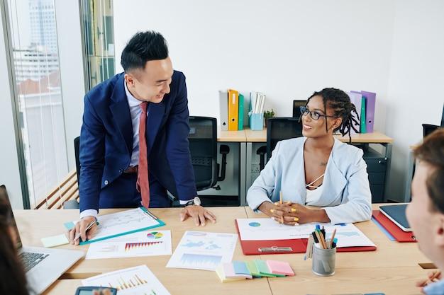 Colleghi che discutono i dati di vendita