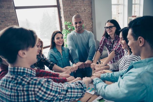 Colleghi durante la riunione aziendale in ufficio
