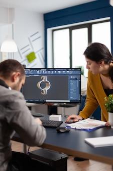 Collaboratori ingegneri architetti che lavorano su un moderno programma cad per lo sviluppo di componenti metallici per la costruzione