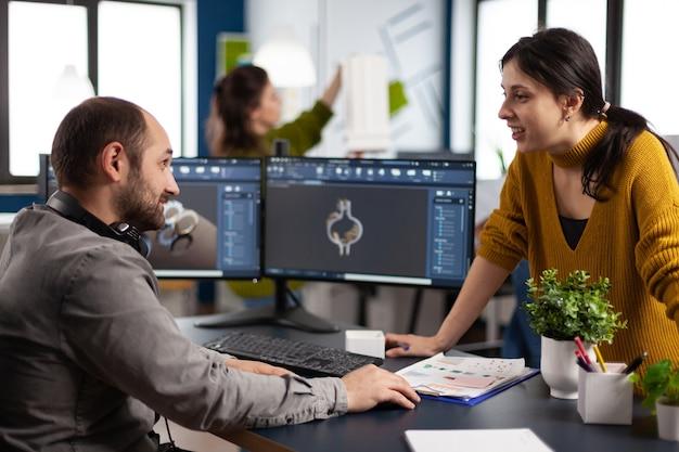 Ingegnere dei colleghi che lavora su un moderno programma cad