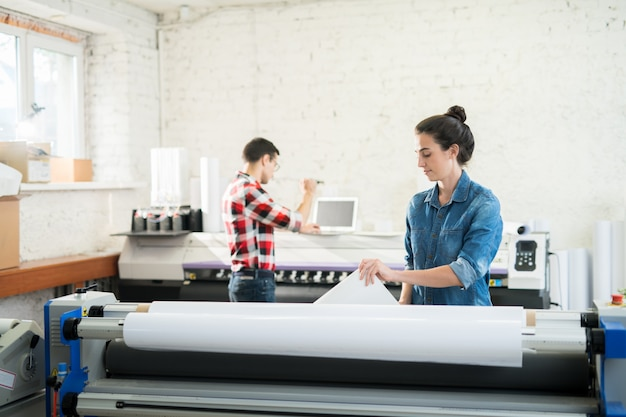 Collaboratori dell'ufficio moderno di tipografia