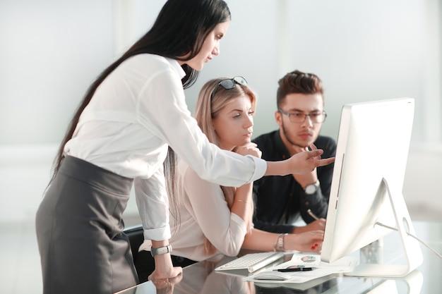 Gruppo di colleghi che lavora al nuovo progetto di avvio presso un ufficio moderno