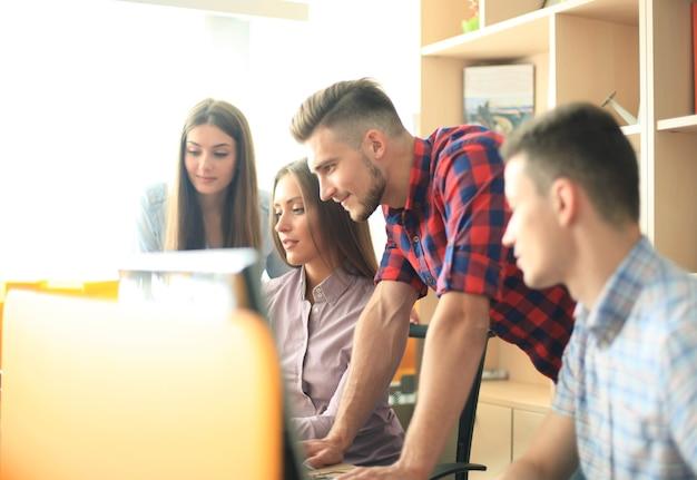 Processo di coworking, progetto di lavoro in team di designer. foto di giovani imprenditori che lavorano con un nuovo ufficio moderno di avvio