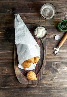 Coxinha - cibo popolare in brasile composto da carne di pollo tritata o sminuzzata ricoperta di pasta