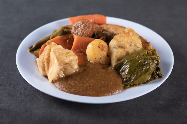 Cozido è un piatto di cibo brasiliano sul tavolo grigio.