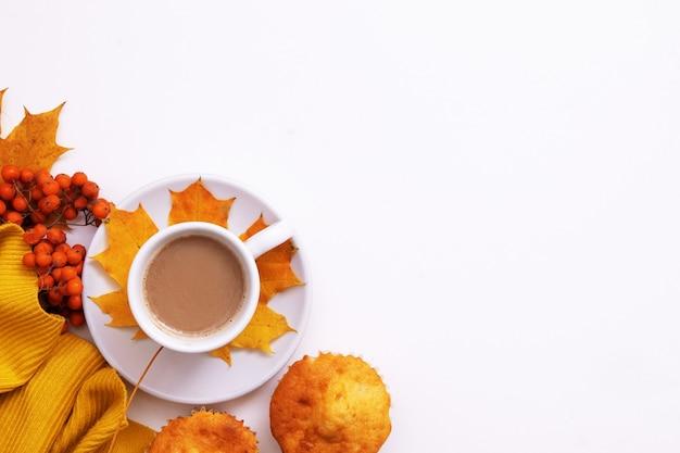 Accogliente piatto autunnale con caffè, sorbo, maglione e copia spazio