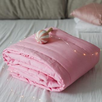 Accogliente culla con coperta patchwork rosa. biancheria da letto per bambini. biancheria da letto e tessile per la scuola materna. pisolino e tempo di sonno.