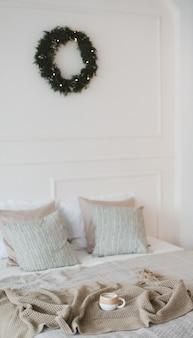 Accogliente camera da letto decorata per il luogo di relax interno della casa di natale