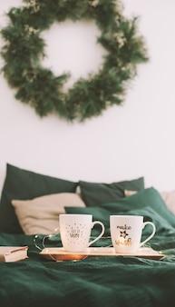 Accogliente camera da letto con tazze da caffè a letto