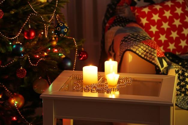 Accogliente composizione natalizia su sfondo albero di natale decorato