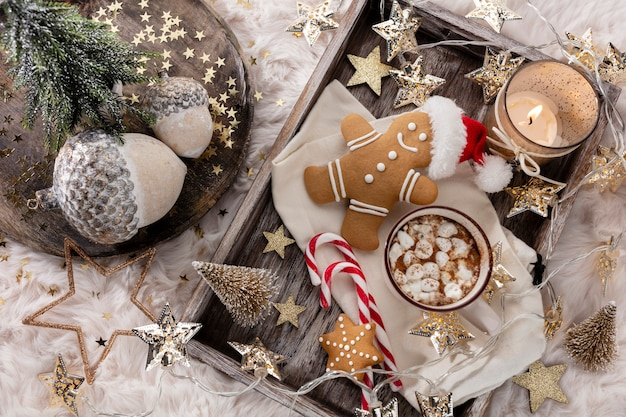 Composizione accogliente in natale con una tazza e biscotti. cioccolata calda con marshmallow.