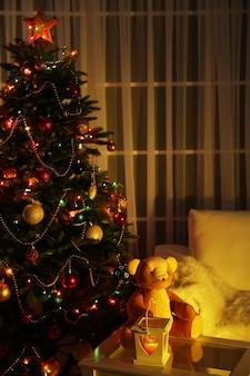 Interni accoglienti di natale con albero di natale decorato