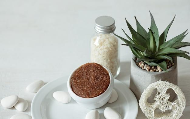 Accogliente composizione con scrub naturale e accessori da bagno.