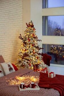Accogliente camera da letto decorata per le vacanze di natale