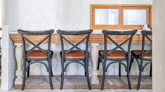 Accogliente tavolo da pranzo e sedie in legno