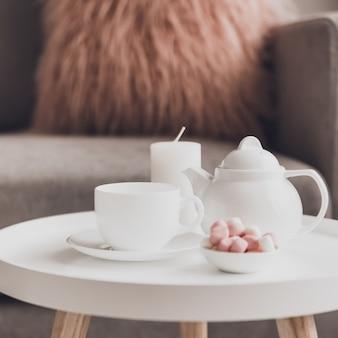 Accoglienti decorazioni per la casa all'interno con una tazza di tè