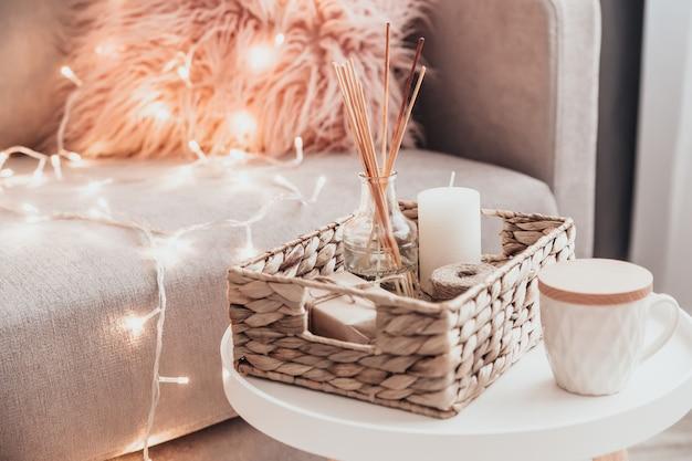 Accoglienti decorazioni per la casa all'interno con maglia e diffusore di aromi nel soggiorno