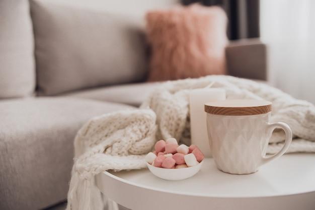 Accoglienti decorazioni per la casa all'interno con maglia e tazza di tè