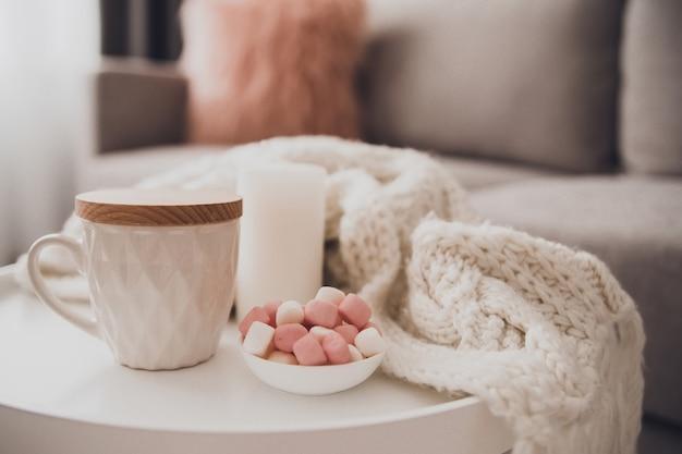 Accoglienti decorazioni per la casa all'interno con lavoro a maglia e tazza di tè