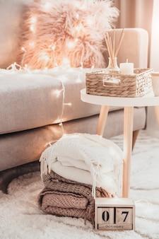 Accoglienti decorazioni per la casa all'interno con lavoro a maglia