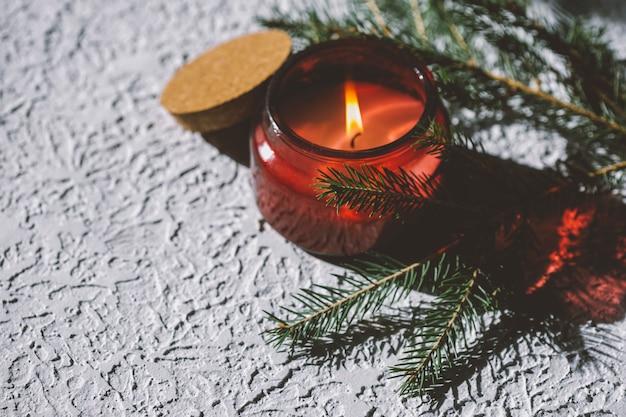 Casa accogliente candela e rami di abete