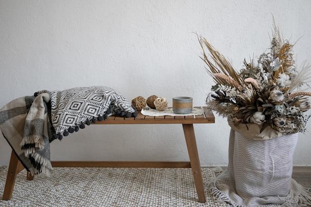 Accogliente design degli interni in stile scandinavo con elementi decorativi e una composizione alla moda di fiori secchi. Foto Premium