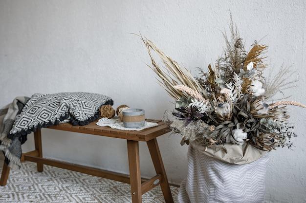 Accogliente design degli interni in stile scandinavo con elementi decorativi e una composizione alla moda di fiori secchi
