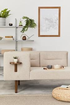 Interni accoglienti con divano elegante, tavolino da caffè di design, libreria, piante, moquette, decorazioni, mappa poster mock up ed eleganti accessori personali. soggiorno neutro in casa classica. modello.