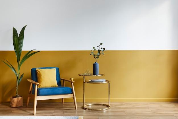 Interni accoglienti con elegante poltrona in velluto, moquette sul pavimento, sfondo spazio copia, tavolo dorato ed eleganti accessori personali. soggiorno moderno in casa classica.