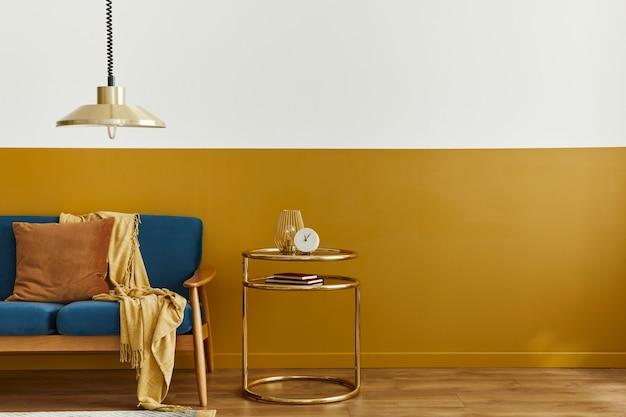Interni accoglienti con elegante divano in velluto, moquette sul pavimento, sfondo spazio copia, tavolo dorato, lampada a sospensione ed eleganti accessori personali. soggiorno moderno in casa classica.
