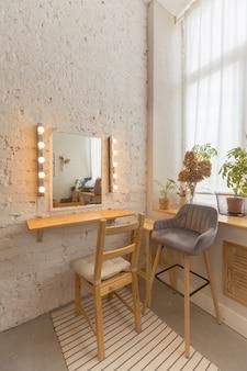 Accogliente sala luminosa con specchio