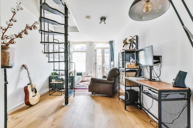 Un accogliente soggiorno con divano e altre decorazioni